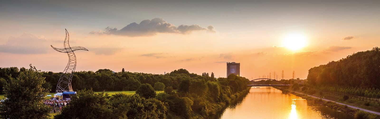 Blick auf den Rhein-Herne-Kanal mit Gasometer und Zauberlehrling