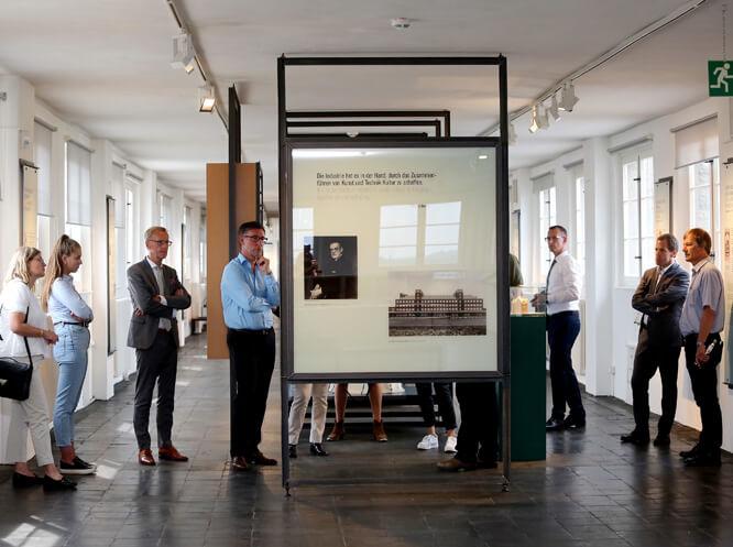 ENO on tour in der Ausstellung von Peter Behrens